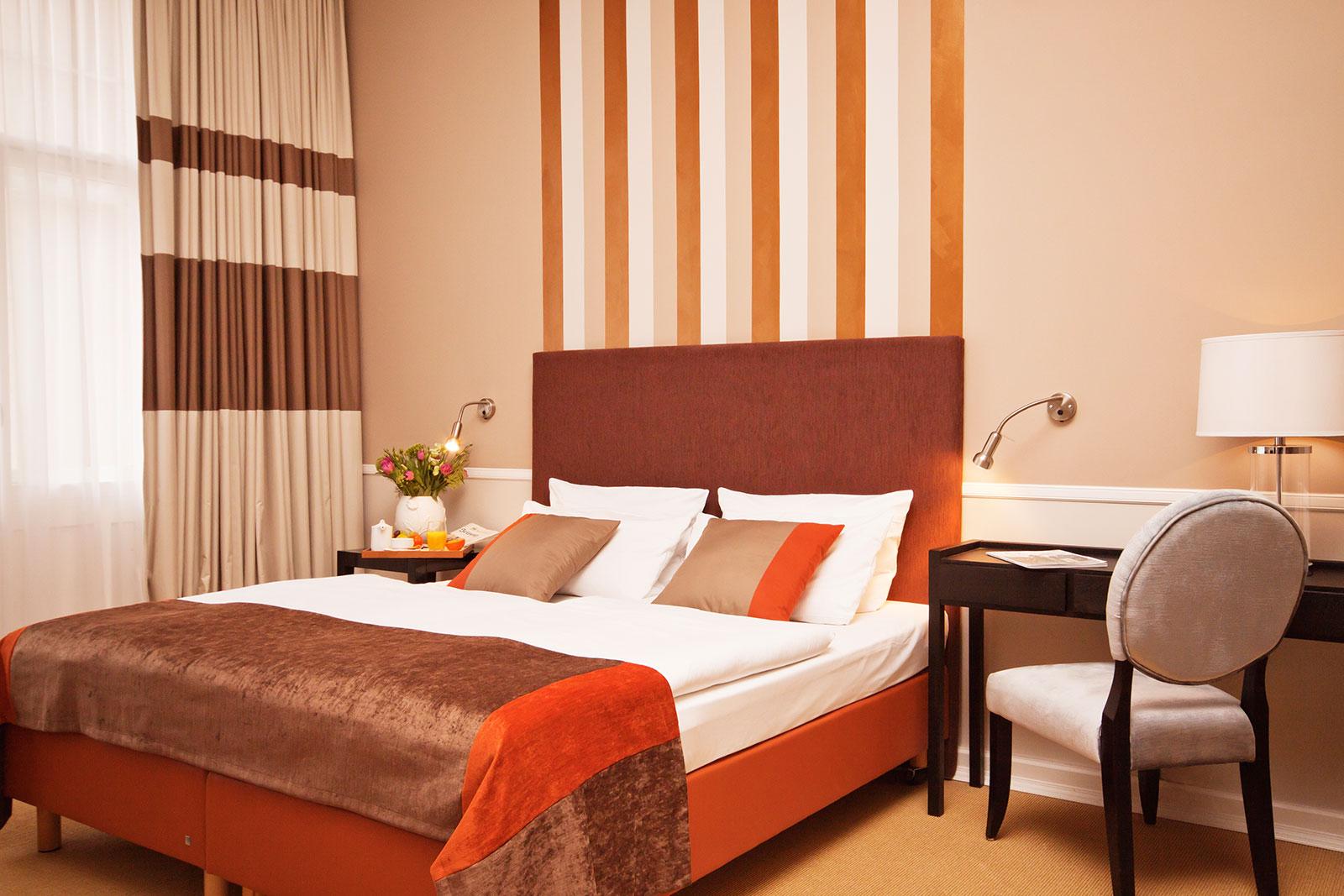 Komfort doppelbett zimmer hotel elba kurf rstendamm for Doppelbett kleines zimmer